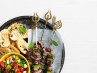 Gegrillte Lammspieße mit Salat Rezept