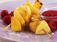 Gegrillte Mango-Ananas-Spieße mit Himbeersoße Rezept