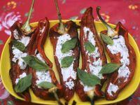 Gegrillte Spitzpaprika mit Kräuterquark gefüllt