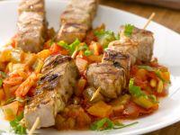 Gegrillte Thunfischspieße mit Sellerie und Tomaten Rezept