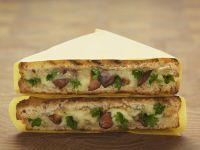Gegrillte Toasts mit Pfifferlingen und Käse