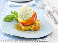 Gegrillter Pfirsich mit Pistazienbrioche und Pfirsich-Basilikum-Eis