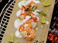 Gegrillter Shrimpsspieß mit Zuckermelone und Limettenjoghurt