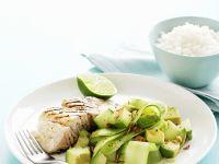 Gegrilltes Fischfilet mit Gurken-Avocado-Salat Rezept