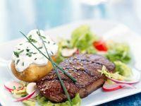 Gegrilltes Fleisch mit Sourcreamkartoffel auf Salat Rezept