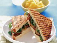 Gegrilltes Sandwich mit Roastbeef, Salat und Zwiebeln Rezept