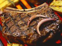 Gegrilltes Steak mit Zwiebeln