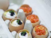 Gekochte Eier mit Sauerrahm, Kaviar und Lachs