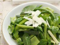 Gemischtes grünes Gemüse mit Parmesan