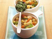 Gemüse-Nudel-Suppe mit Pesto Rezept