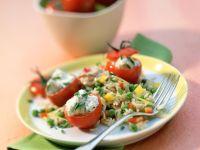 Gemüse-Reis-Salat mit Thunfischsauce und gefüllten Kirschtomaten Rezept