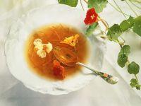 Gemüsebouillon mit Karottenstreifen und Blüten Rezept