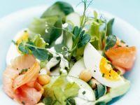 Gemüsesalat mit Räucherlachs und Ei Rezept
