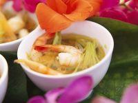 Gemüsesuppe mit Ingwer und Shrimps