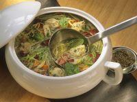 Gemüsesuppe mit Käselößchen Rezept