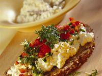 Gemüsewürfel mit Hüttenkäse auf Brot Rezept