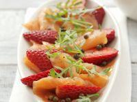 Geräucherter Lachs mit Erdbeeren, Rauke und grünem Pfeffer Rezept
