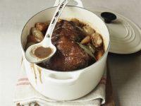 Geschmorter Rinderbraten mit Zwiebeln und Karotten Rezept
