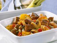 Geschmortes Gulasch mit Biersoße, Pilzen und Kartoffeln Rezept
