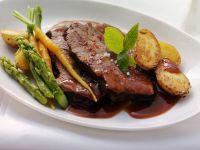 Gespicktes und mariniertes Rindfleisch (Böfflamott) mit Spargel, Karotten und Kartoffeln Rezept