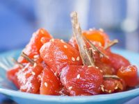 Glasierter Tomatensalat mit Sesam und Zimt Rezept