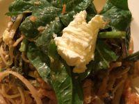Goldbraune Kokosnudeln mit Krebsfleisch und frischem Spinat Rezept