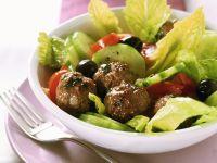 Griechischer Salat mit Fleischbällchen Rezept
