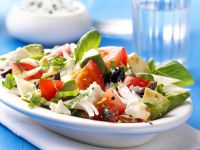 Griechischer Salat mit Schafskäse und Avocado Rezept