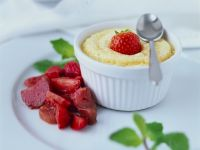 Grießdessert mit Erdbeeren und Rhabarber Rezept