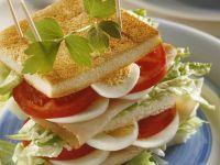 Großes Sandwich mit Putenschinken, Ei und Tomate Rezept