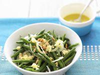 Grüner Bohnensalat mit Zwiebel, Erdnüssen und Käse Rezept