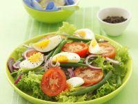 Grüner Salat mit Bohnen, Ei, Tomaten und Zwiebeln Rezept