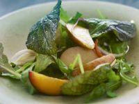 grüner Salat mit Früchten