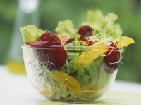 Grüner Salat mit Sprossen, Orange und Roter Bete