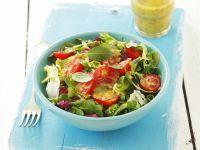 Grüner Salat mit Tomaten und Senf-Honig-Vinaigrette Rezept