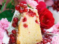 Gugelhupf mit Johannisbeeren und Rosenblüten Rezept