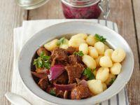 Gulasch vom Rind mit Zwiebeln und Gnocchi Rezept