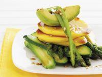 Gurken-Avocado-Salat mit Mango und Spargel dazu asiatisches Vinaigrette Rezept