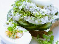 Gurken-Brot mit Hüttenkäse und gekochten Eiern Rezept