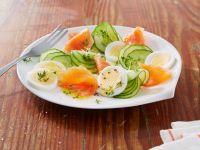 Gurken-Lachs-Salat mit Ei Rezept