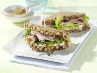 Gurkensandwich mit Geflügelwurst Rezept