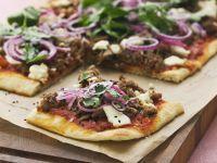 Hackfleisch-Pizza mit Zwiebeln, Sesam und Käse Rezept