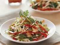 Hähnchen-Gemüsesalat mit Reisnudeln Rezept