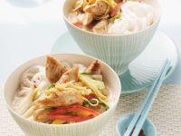 Hähnchen-Kokos-Suppe mit Reisnudeln und Gemüse Rezept