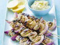Hähnchen-Zwiebel-Spieße mit Zitronen-Dip Rezept