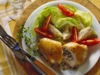 Hähnchenbrust mit Speck-Kräuterfüllung und Salat Rezept
