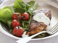 Hähnchenbrust vom Grill mit Salat und Joghurt-Gurken-Dip Rezept