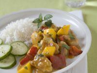 Hähnchenragout mit Mango dazu Reis und Gurke Rezept