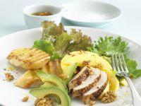Hähnchensalat mit Avocado und Walnüssen dazu Knofi-Baguette Rezept