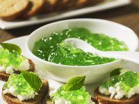Häppchen mit Frischkäse und Basilikumkonfitüre